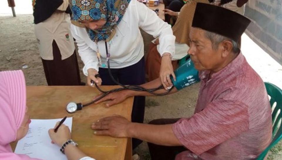 Pemeriksaan kesehatan program Siswa Mengabdi SMPIT Daarul Ilmi di Desa Sumberejo, Pagelaran, Pringsewu, Minggu, 9/10/2016